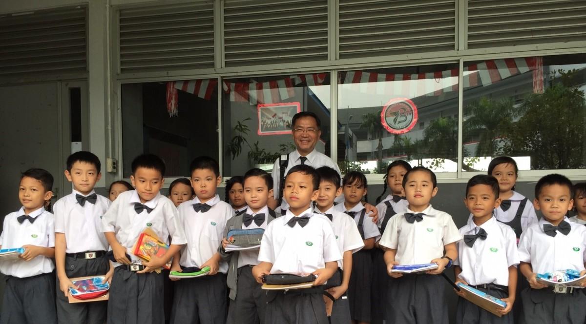 蔡炳坤執行長參與印尼大愛學校教育宣導,與學子相見歡。
