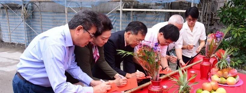 慈濟科技大學護理大樓預計明年三月完工,蔡炳坤執行長祈求上樑大吉,見證護理大樓上樑安置。(20181018)