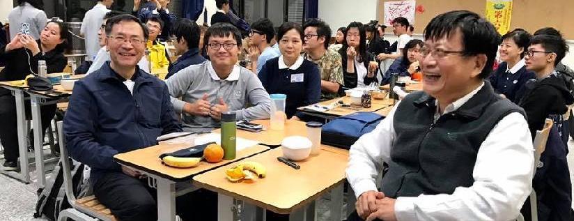 慈濟大學一年級醫學生每月與慈誠爸爸懿德媽媽相聚,蔡炳坤執行長與會分享慈濟教育全球佈局。(20181127)