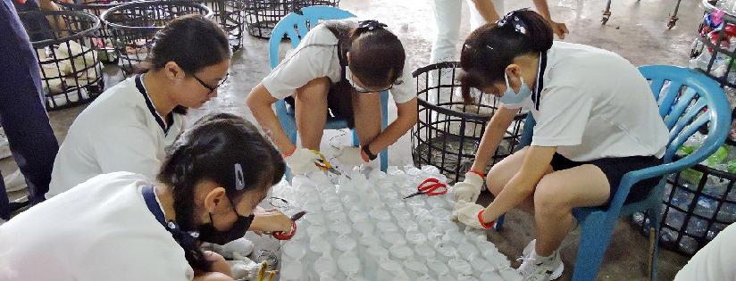 臺南慈中師生在佳里環保站服務,看見學生有所成長是最動人的禮物。(20190928)