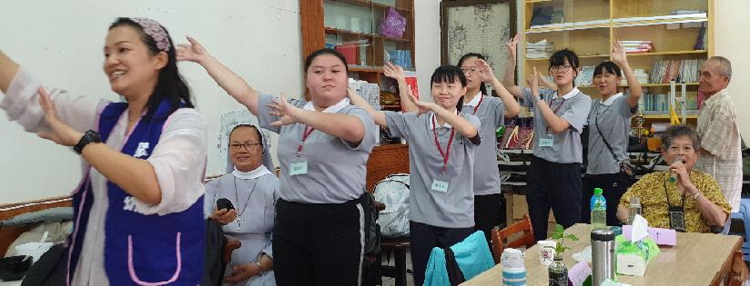 慈大兒家系學生,攜手佐倉天主堂長者唱跳。(20200709)