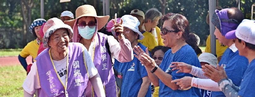 老人家杵枴杖堅持完賽~慈濟科大樂齡健康運動會。(20200908)